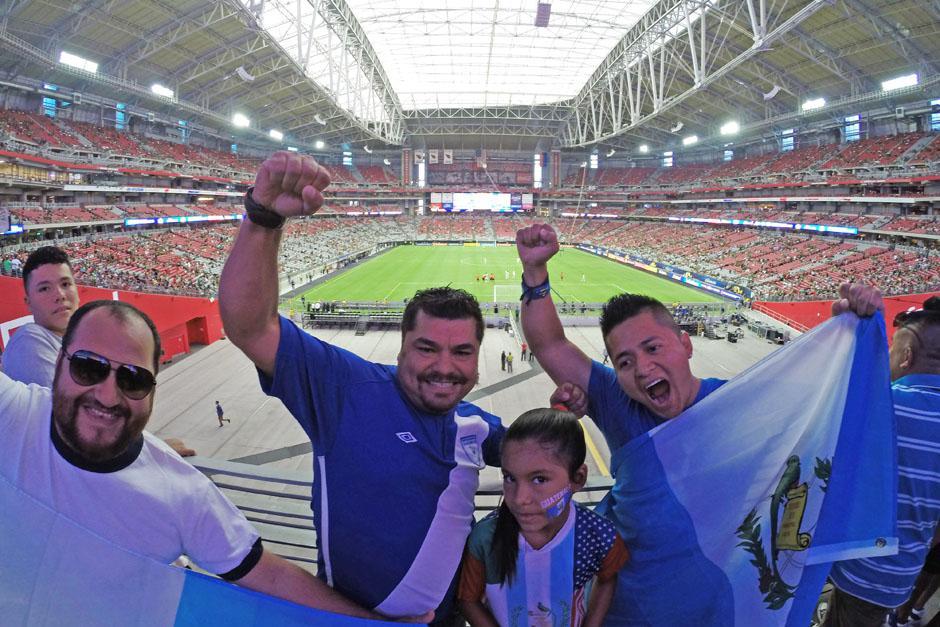 Aficionados guatemaltecos dijeron presente en el estadio de la Universidad de Phoenix. (Foto: Aldo Martínez/Nuestro Diario)