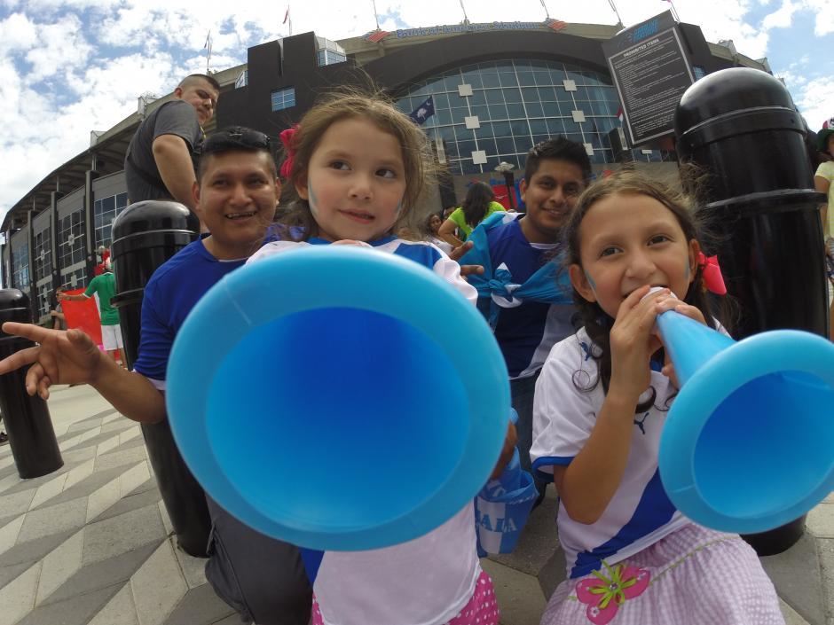 Los pequeños tambien alentaron a la Sele en Charlotte. (Foto: Aldo Martínez/Nuestro Diario)