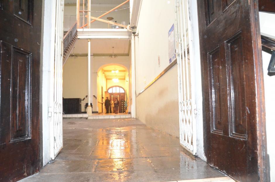 Varios pasillos se mojaron por las goteras en el techo. (Foto: cortesía José Castro)