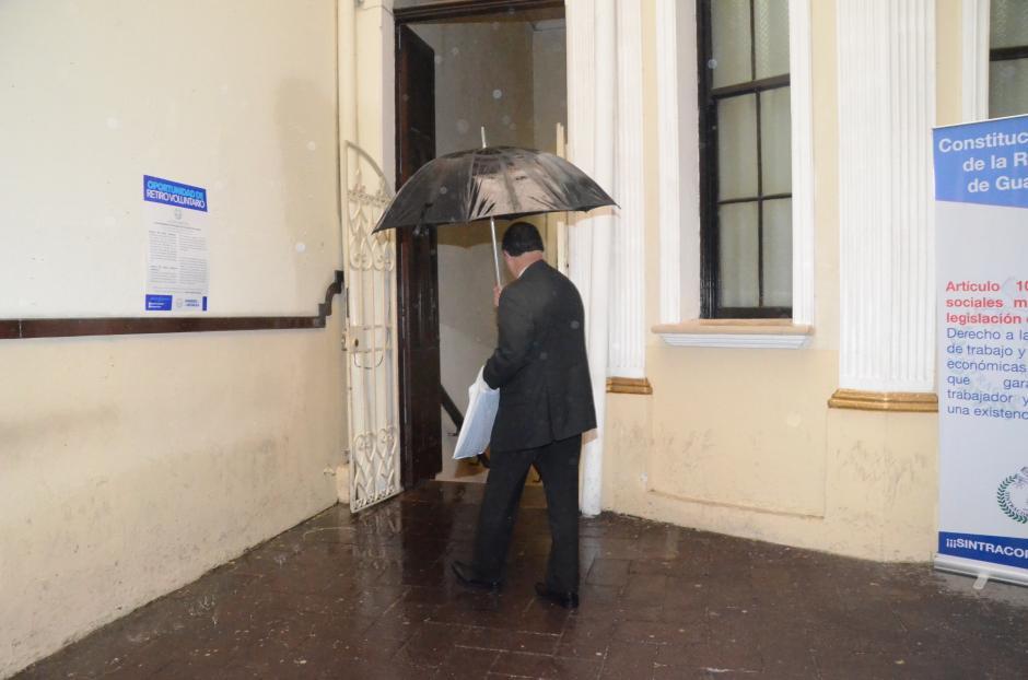 Uno de los empleados del Congreso utilizó un paraguas dentro de las instalaciones para no mojarse. (Foto: cortesía José Castro)