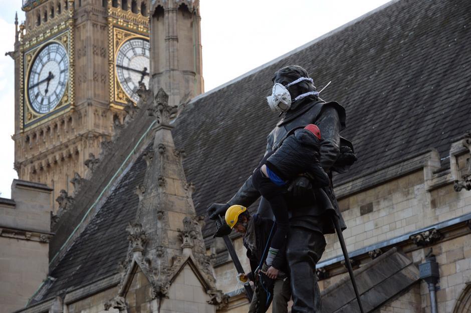 Otra más fue colocada en la estatua de Oliver Cromwell en las afueras de la Casa del Parlamento. (Foto: Leon Neal/AFP)