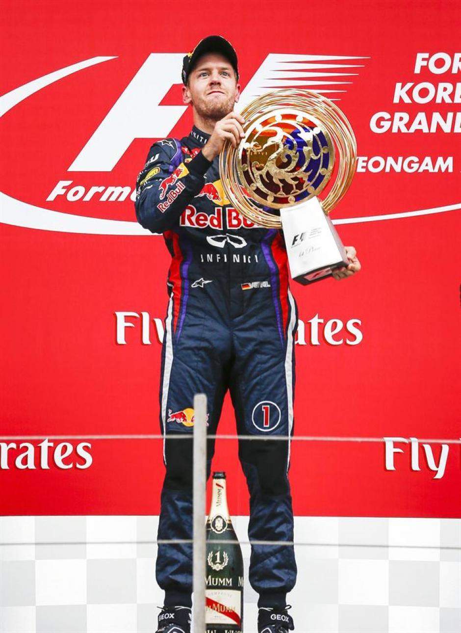 El alemán Sebastian Vettel festeja la victoria en lo más alto del podio.
