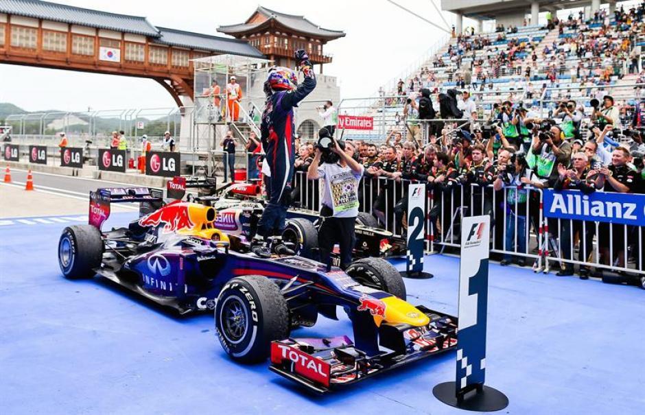 Con los brazos en alto, Sebastian Vettel festeja el trunfo en Corea que lo coloca como virtual campeón de la Fórmula 1.