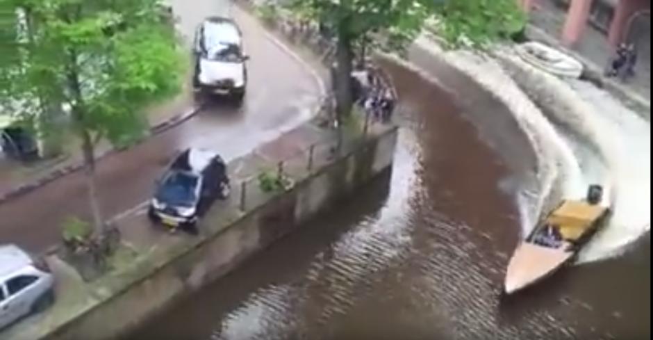 En las estrechas calles de Ámsterdam se originó una persecución policial. (Captura de pantalla: Bry Kate/Facebook)