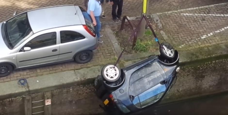 El pequeño automóvil es rescatado. (Captura de pantalla: Bry Kate/Facebook)