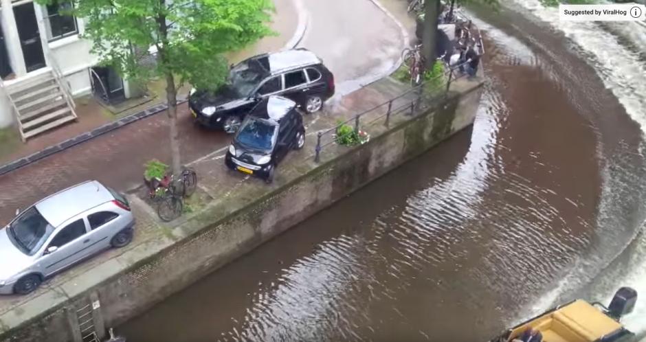 Con la parte de atrás del carro empuja al pequeño vehículo. (Captura de pantalla: Bry Kate/Facebook)