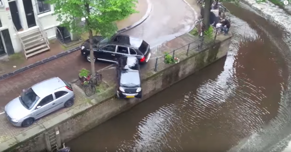 De inmediato el carro cae al agua. (Captura de pantalla: Bry Kate/Facebook)