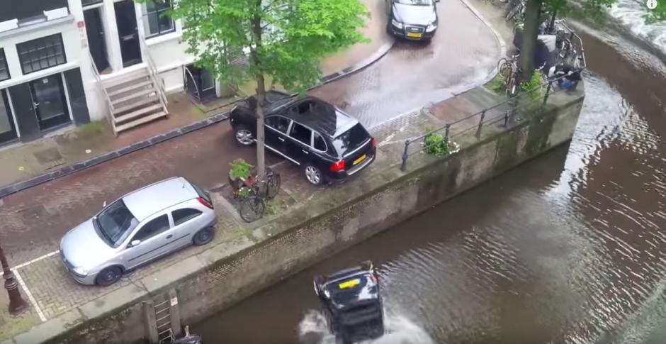 Después que el carro cae al agua la persecución continúa. (Captura de pantalla: Bry Kate/Facebook)