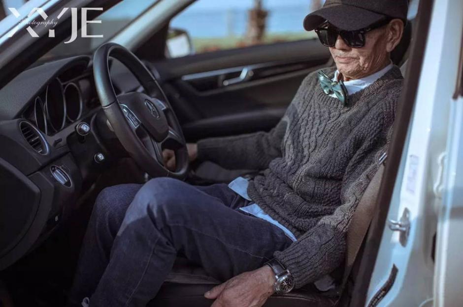El abuelo fue fotografiado descendiendo de un Mercedes-Benz con mucho estilo. (Foto: XiaoYeJieXi)