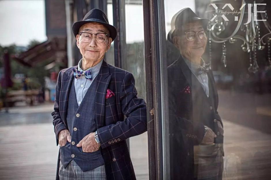 Con estas imágenes el abuelo parece ser el nuevo modelo de alguna popular revista. (Foto: XiaoYeJieXi)