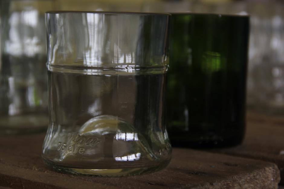 Las botellas de cerveza y vino son las más utilizadas en este proceso. (Foto: Fredy Hernández/Soy502)