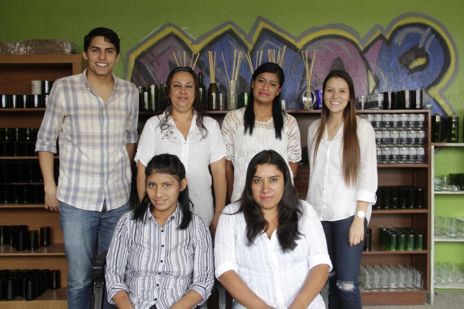 Aaron junto a su equipo de trabajadores han hecho crecer el proyecto. (Foto: Fredy Hernández/Soy502)