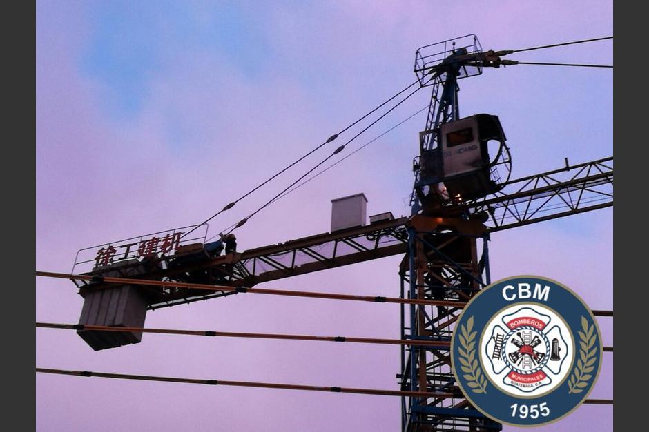 Los Bomberos Municipales lo rescataron de la estructura metálica electrizada. (Foto: @bomberosmuni)