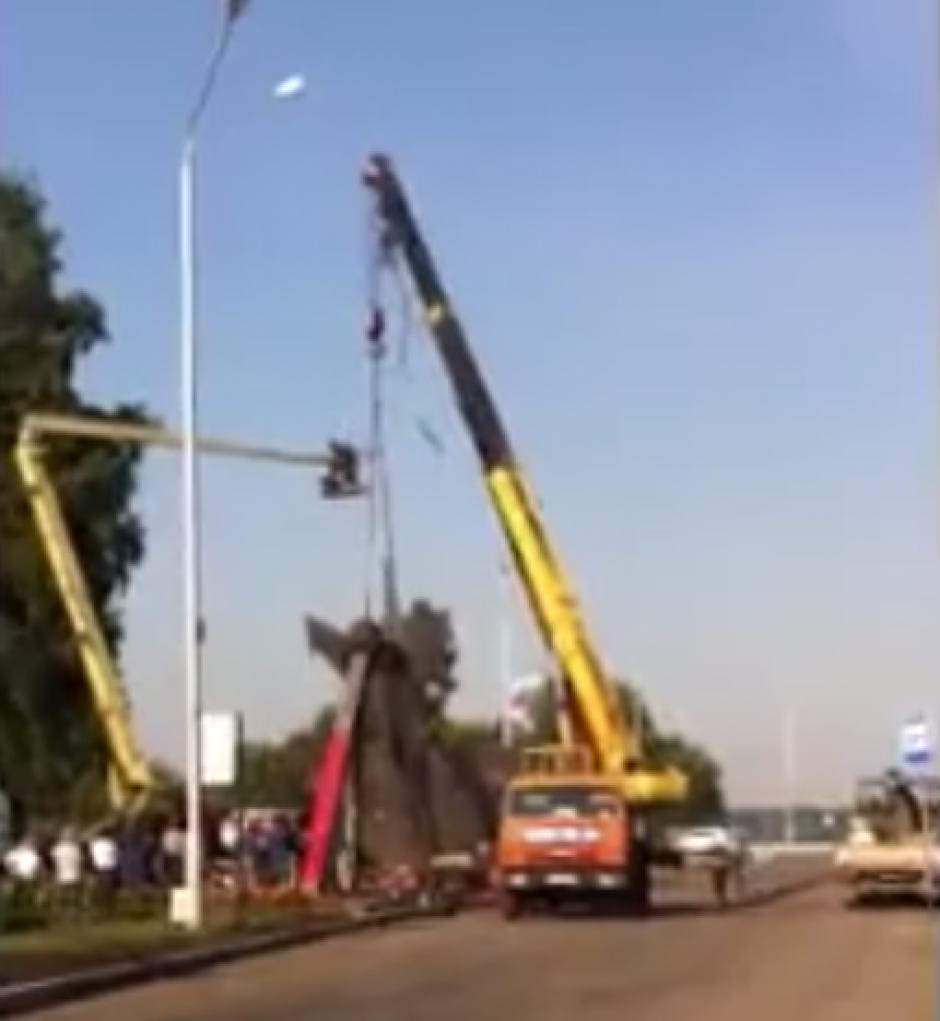 Cuando lo levantaron surgió el lamentable accidente. (Captura de pantalla: ViralHog/Facebook)