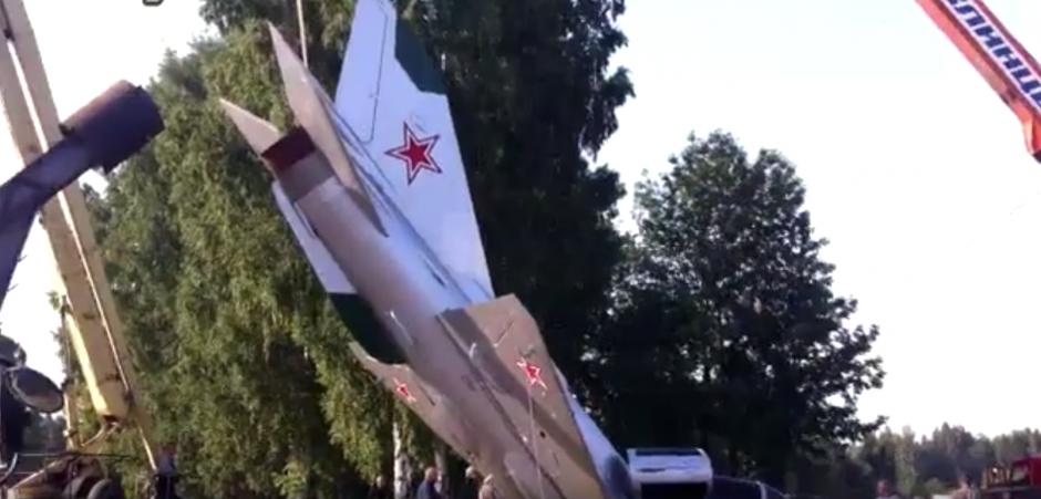 Los empleados del Aeropuerto Internacional de Kemerovo destruyeron un avión histórico. (Captura de pantalla: ViralHog/Facebook)