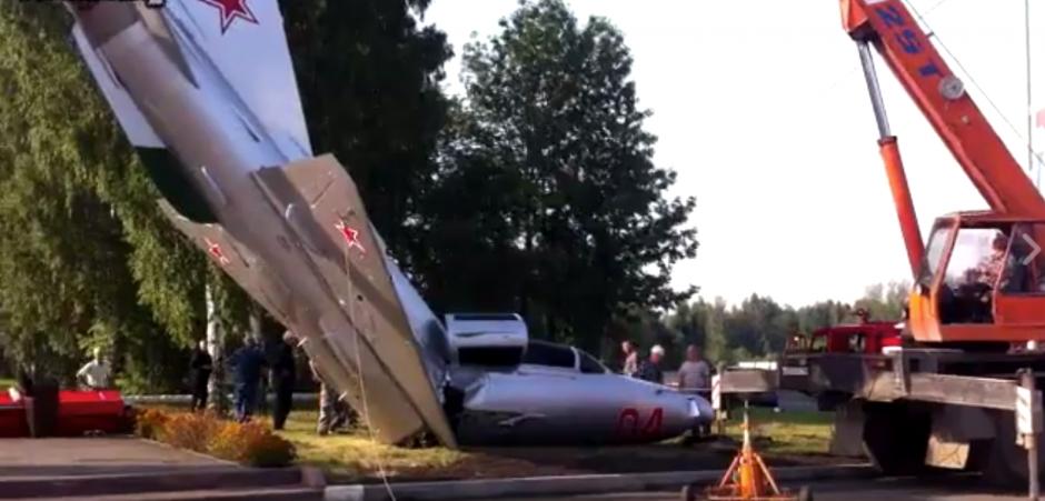 El avión pertenecía a la antigua Unión Soviética. (Captura de pantalla: ViralHog/Facebook)
