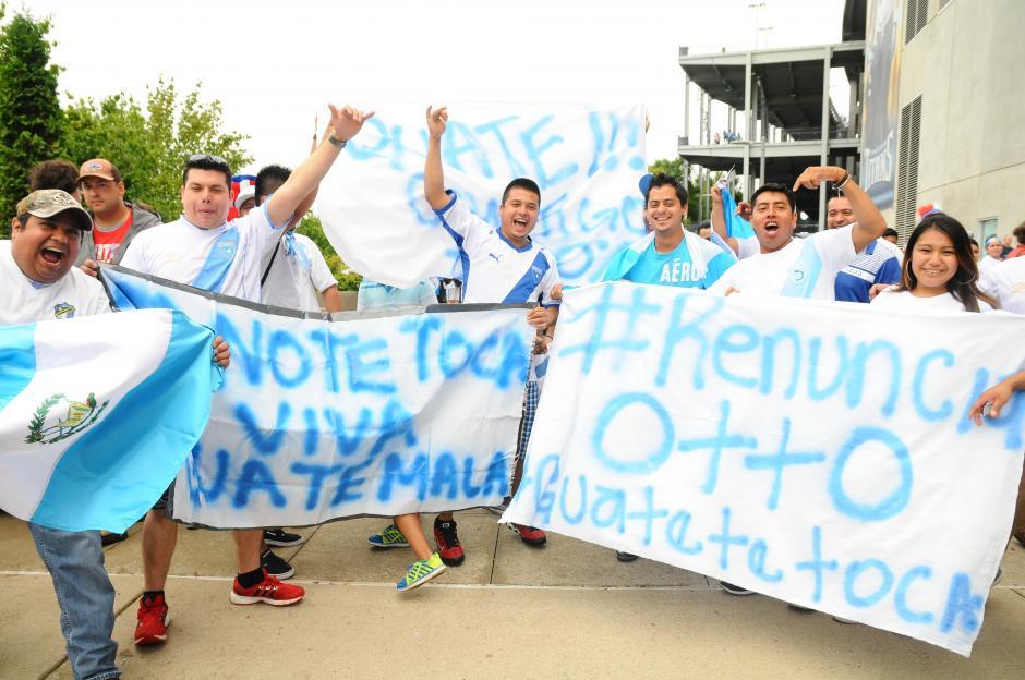 Este grupo de guatemaltecos de Baja Verapaz, residente en Estados Unidos, pidieron la renuncia de Otto Pérez y además le enviaron un mensaje directo a Manuel Baldizón. (Foto: Aldo Martínez/Nuestro Diario)
