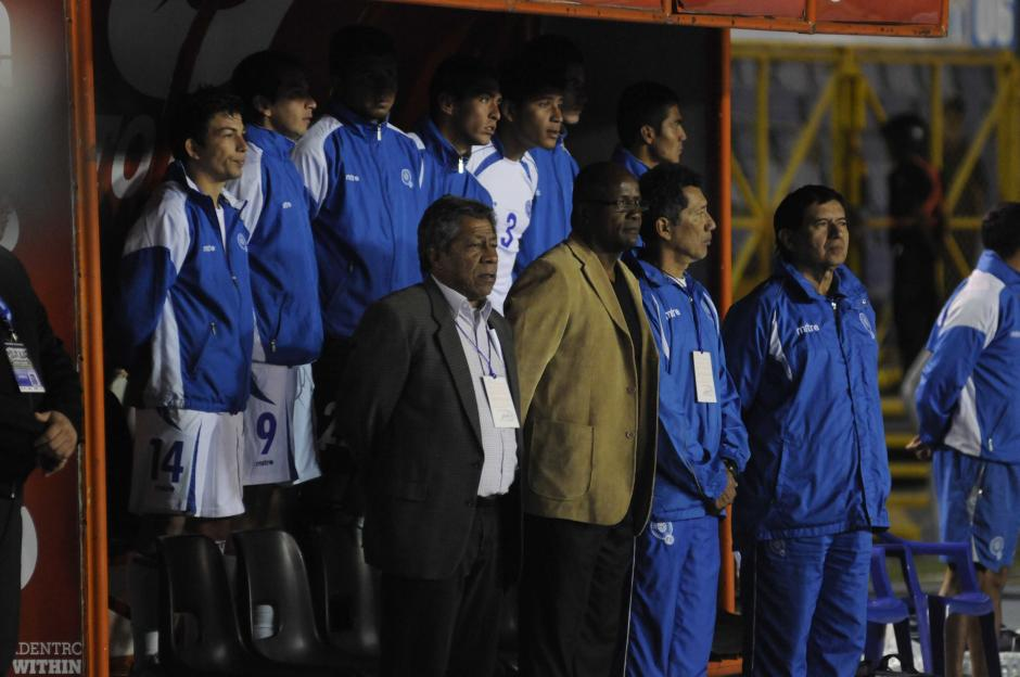El técnico de El Salvador, Ramón Maradiaga observa el juego. (Foto: Pedro Mijangos/Soy502)