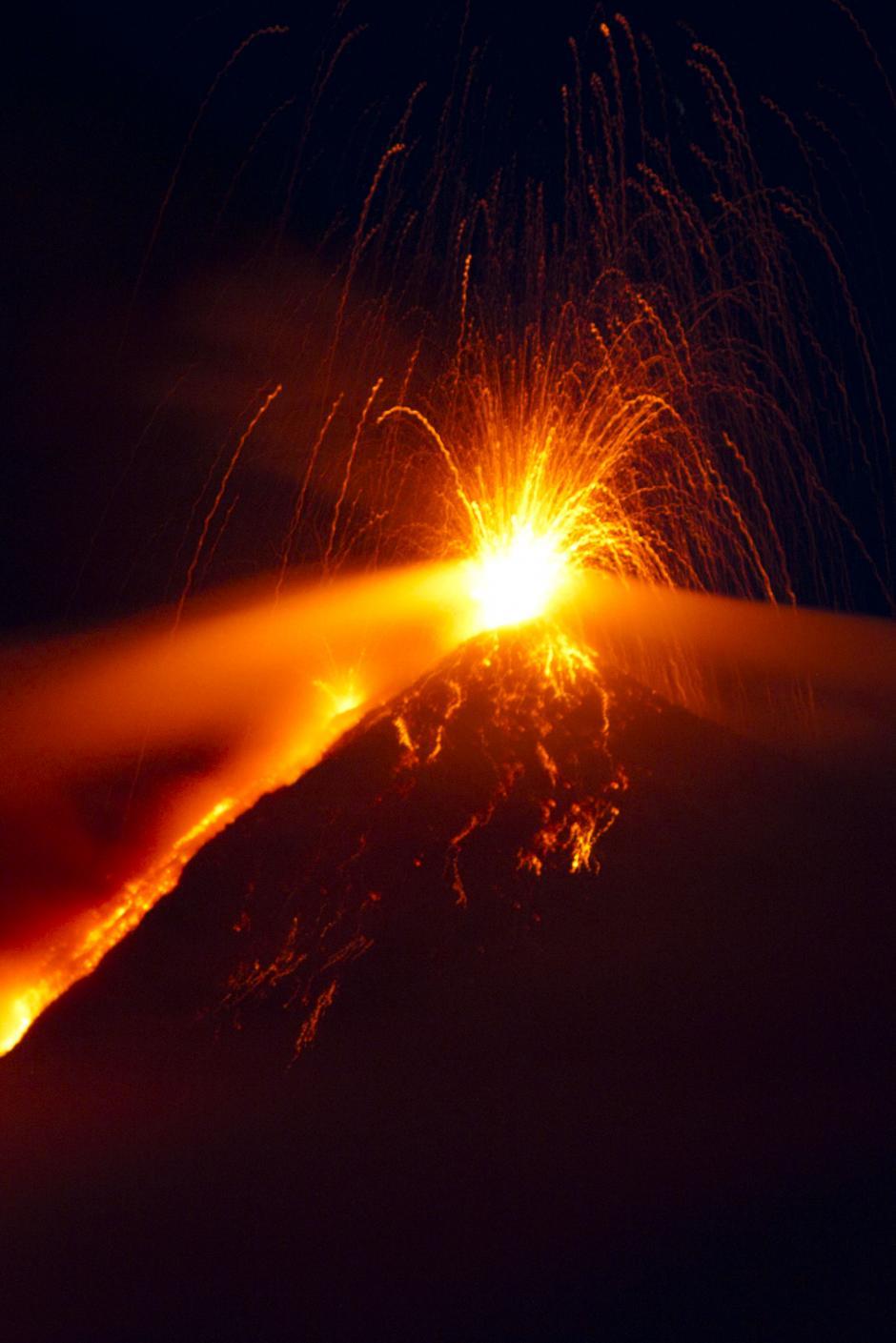 Un resplandor rojo sobre el cráter de volcán. (Foto: Esteban Biba/ EFE)