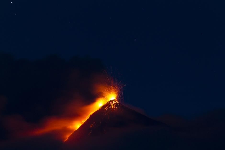 El Volcán de Fuego lanza lava y también ha caído ceniza sobre varias comunidades. (Foto: Esteban Biba/ EFE)