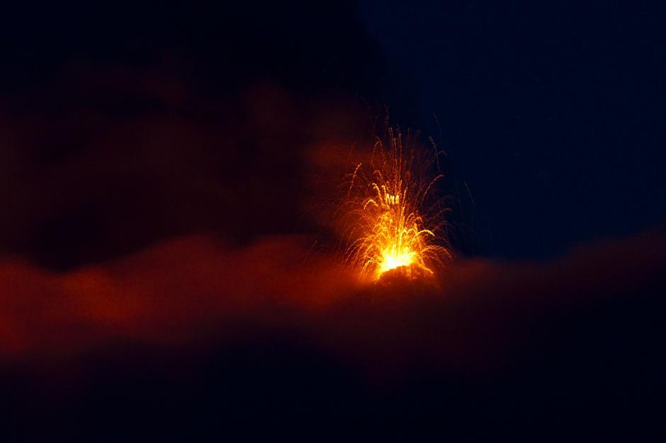 Las nubes permitieron ver la erupción del Volcán de Fuego. (Foto: Esteban Biba/ EFE)