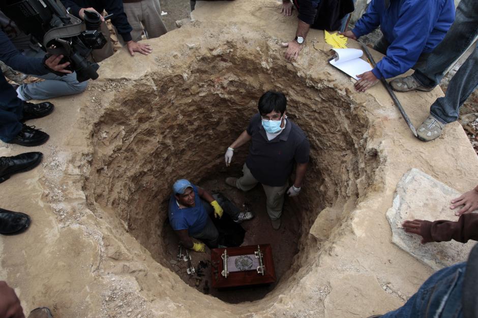 A partir de las diez horas de este viernes comenzaron los trabajos de exhumación. (Foto: Esteban Biba/EFE)
