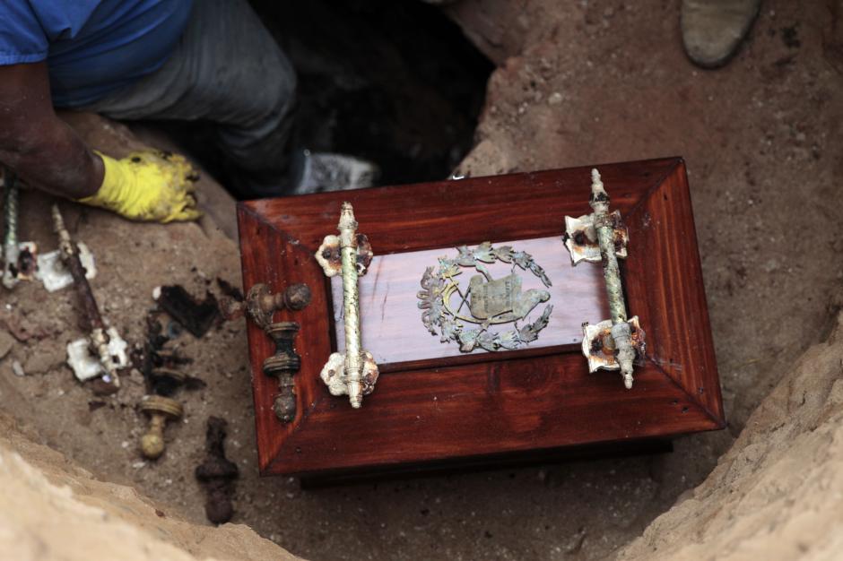 Una pequeña urna fue encontrada con los restos del presidente de Guatemala. (Foto: Esteban Biba/EFE)