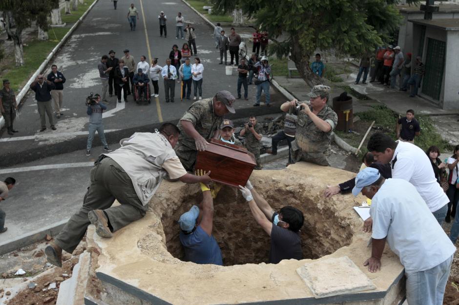 Miembros del Ejército, de los ministerios de Salud y Cultura, participaron en la exhumación. (Foto: Estaban Biba/EFE)