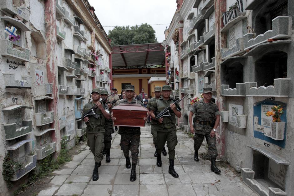 Los restos del presidente fueron trasladados en una solemne caminata hacia su nuevo recinto. (Foto: Esteban Biba/EFE)