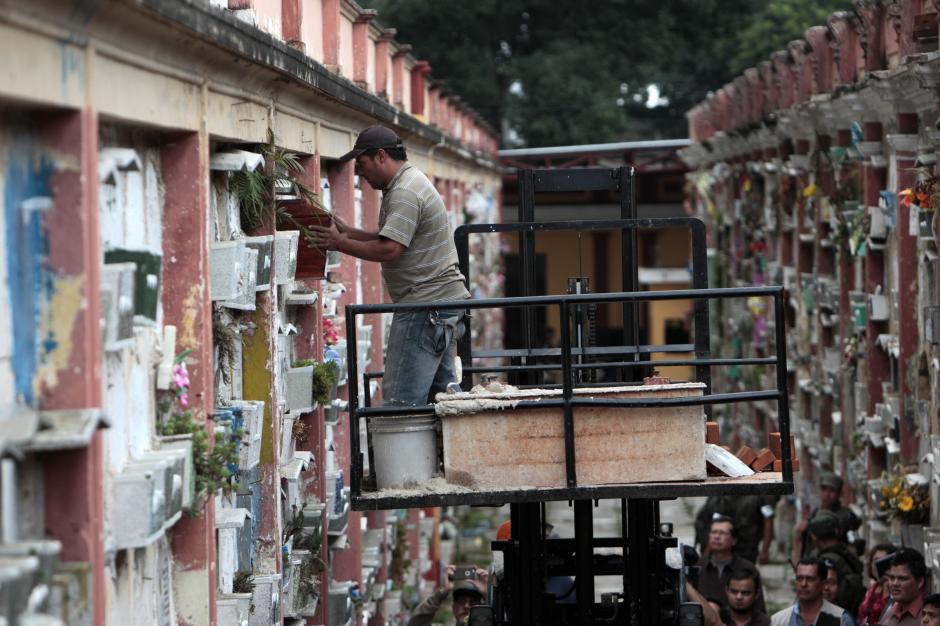 Los restos fueron colocados en el nicho 630, lejos del peligro de los derrumbes. (Foto: Esteban Biba/EFE)