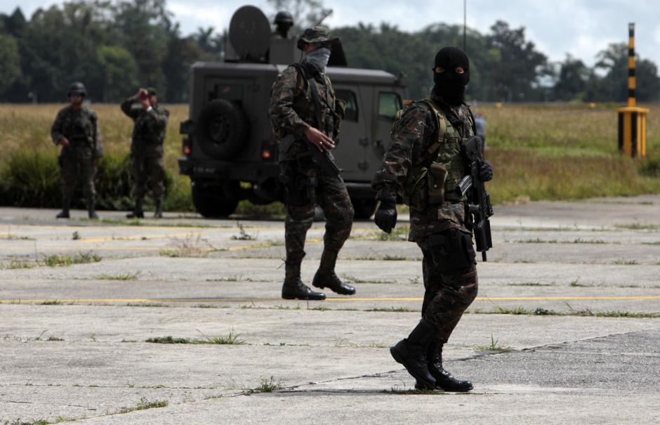 Elementos del Ejército de Guatemala también participaron del despliegue de seguridad en la Fuerza Aérea.(Foto: Esteban Biba/EFE)