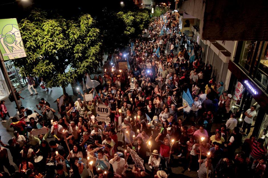 Miles de guatemaltecos iluminaron el casco histórico al paso de la marcha de las antorchas. (Foto: Esteban Biba/EFE)