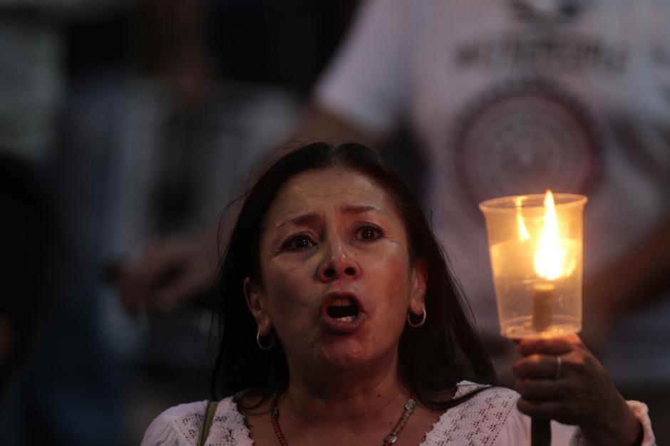 """Las voces se alzaron a un mismo grito de """"#RenunciaYa a la oscuridad"""".(Foto: Esteban Biba/EFE)"""