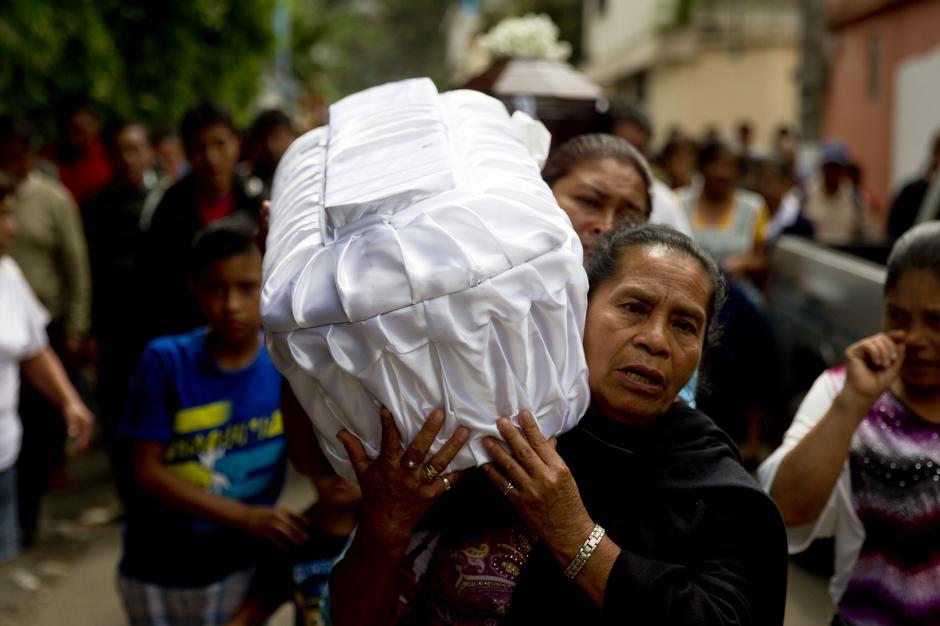 Los afectados han empezado a sepultar a sus familiares debido a que los cuerpos no fueron preparados para ser velados. (Foto Esteban Biba/EFE)