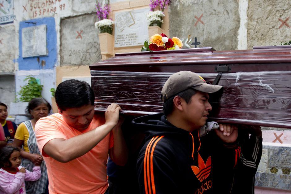 Los sepelios se llevan a cabo en espacios proporcionados por autoridades en el cementerio municipal. (Foto Esteban Biba/EFE)
