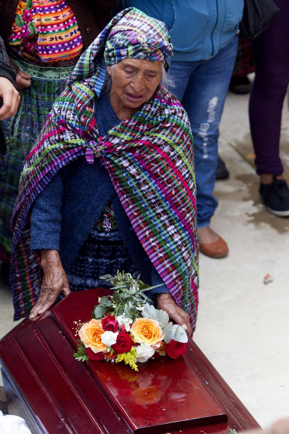 Los pobladores de El Cambray II se muestran consternados por la pérdida de sus seres queridos. (Foto Esteban Biba/EFE)