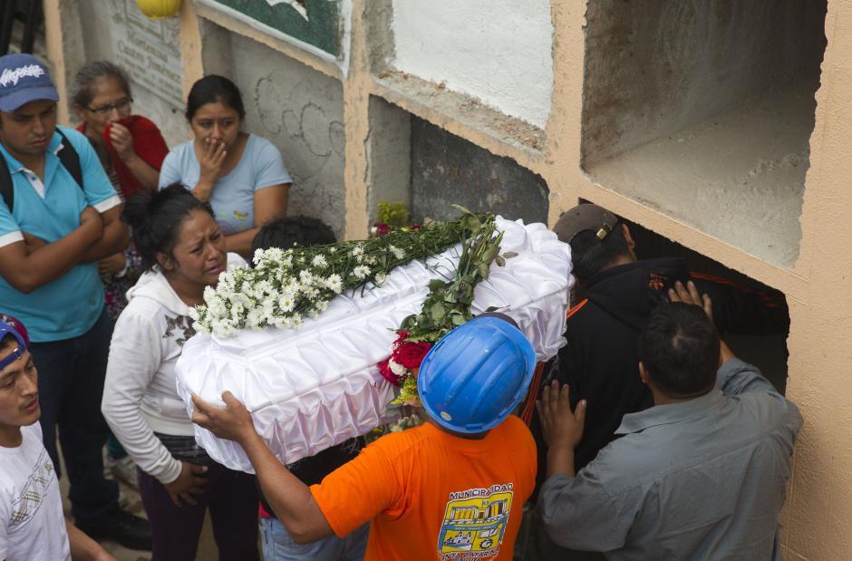 Entre los fallecidos figuran varios menores de edad. (Foto Esteban Biba/EFE)