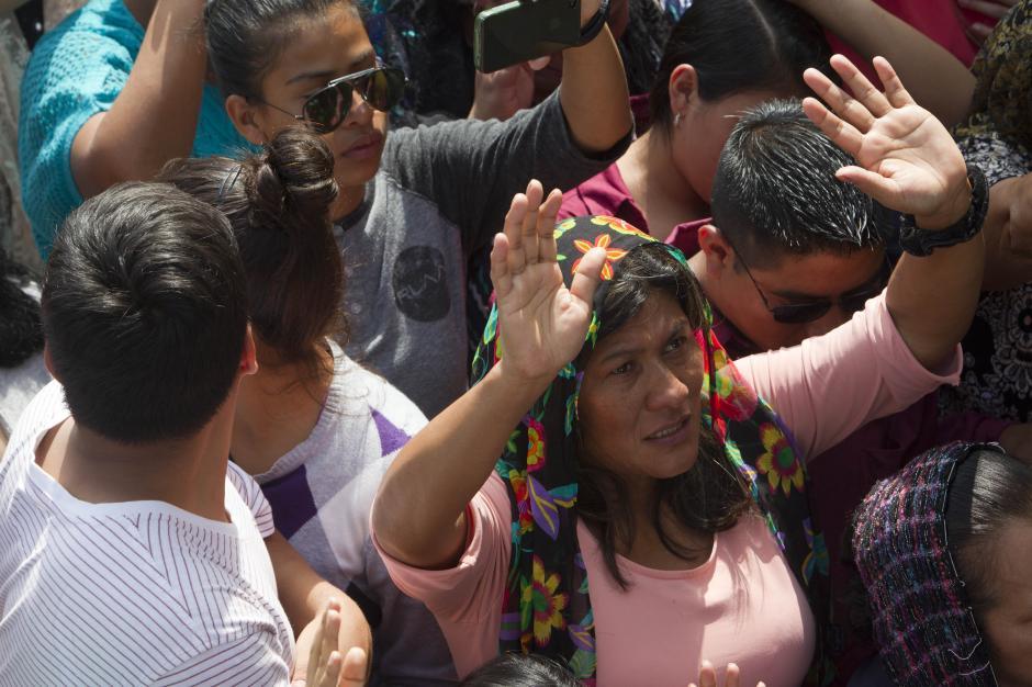Vecinos y familiares de las víctimas elevan plegarias durante el entierro. (Foto: EFE/Esteban Biba)