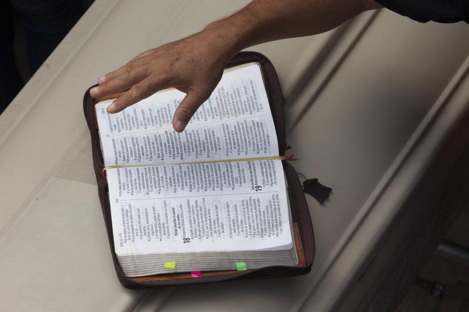 Autoridades religiosas leyeron pasajes bíblicos durante el entierro de las víctimas de la tragedia. (Foto: EFE/Esteban Biba)