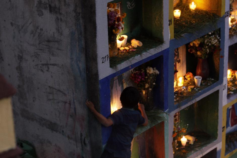 Guatemala celebró el 1 de noviembre con diferentes tradiciones. Esta imagen muestra el cementerio de San Antonio Palopó, donde las tumbas se iluminan al caer la noche. (Foto: Esteban Biba/ EFE)