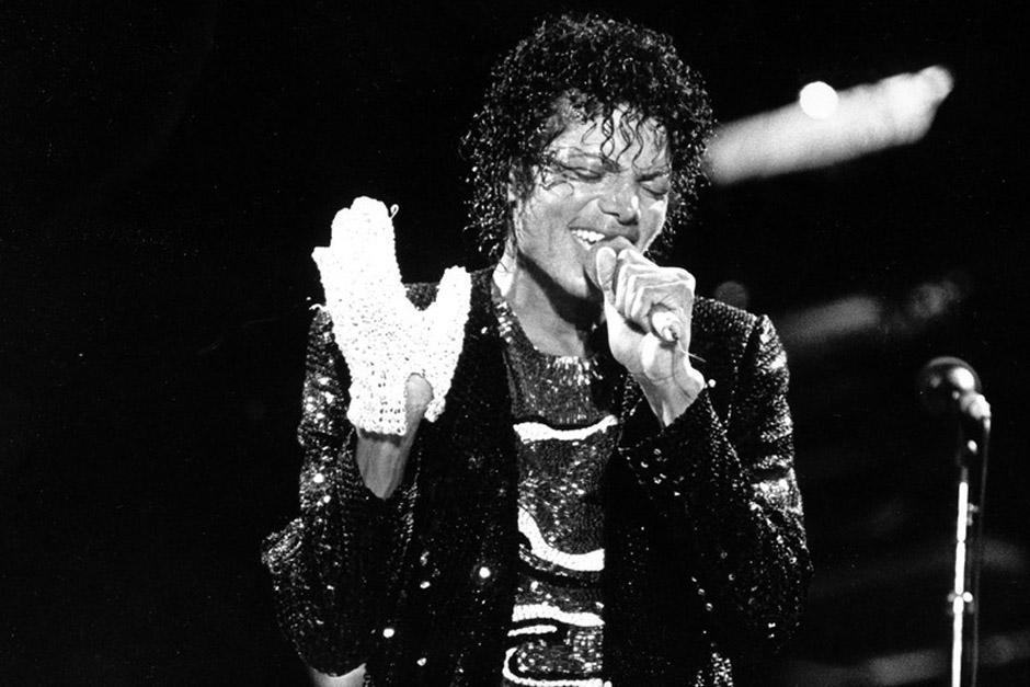 El guante blanco utilizado por Michael Jackson será puesto en subasta con un precio inicial de 20 mil dólares. (Foto: Arhivo)