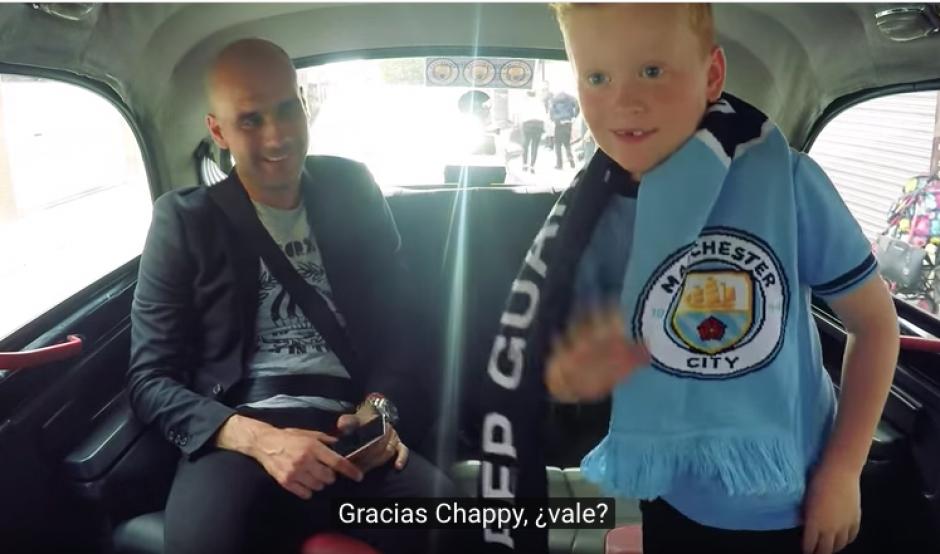 El pequeño fan de Manchester City se baja del taxi feliz tras conocer a Pep Giardiola. (Foto: Captura de YouTube)