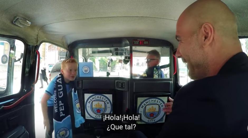 El niño no puede ocultar su asombro a verse frente a frente con Pep, técnico de Manchester City.  (Foto: Captura de YouTube)