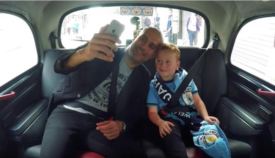 Al final del recorrido Pep le tomó una selfie y el niño lo invitó a su casa para tomar el té. (Foto: Captura de YouTube)