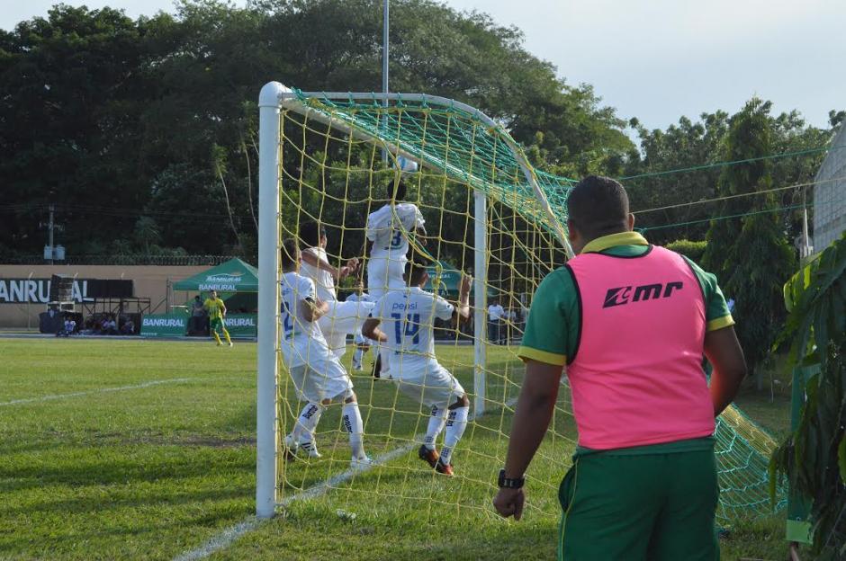 Con gol de Walter Wasinger Guastatoya venció 1-0 a Comunicaciones.  (Foto: Nuestro Diario)