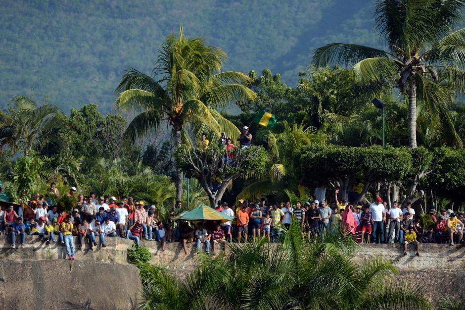 La gente se subió a donde pudo para no perderse el juego. (Foto: Nuestro Diario)