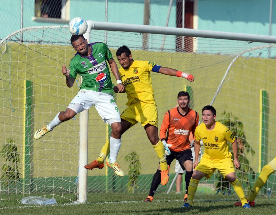 Oscar Isaula despeja un balón en una acción en ofensiva de Guastatoya. (Foto: Nuestro Diario)