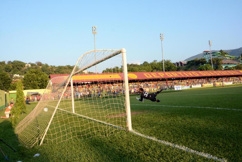 El remate de larga distancia de Juan Klug le dio el definitivo 2-1 a Guastatoya en el juego de ida. (Foto: Nuestro Diario)