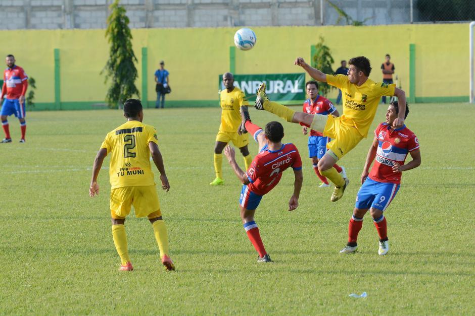 Guastatoya hizo su tarea en uno de los partidos más importantes en su historia. Venció ni más ni menos que al súper líder del Apertura 2015, Xelajú, en la semifinal de ida con marcador de 3-0.(Foto: Nuestro Diario)