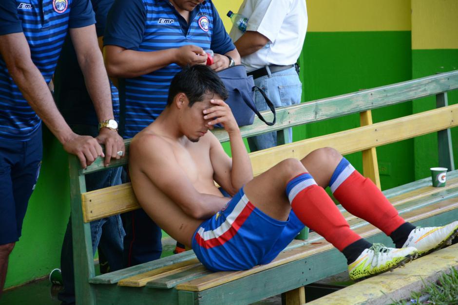 Los jugadores quetzaltecos mostraron su desazón, tras los 90 minutos. Fue su peor goleada en el certamen.(Foto: Nuestro Diario)